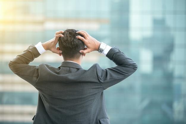 Frustrierter gestresster geschäftsmann in einem büro
