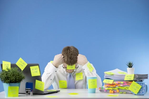 Frustrierter manager hält termine bei der arbeit nicht ein