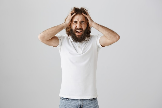 Frustrierter mann aus dem nahen osten, der schreit und verzweifelt aussieht