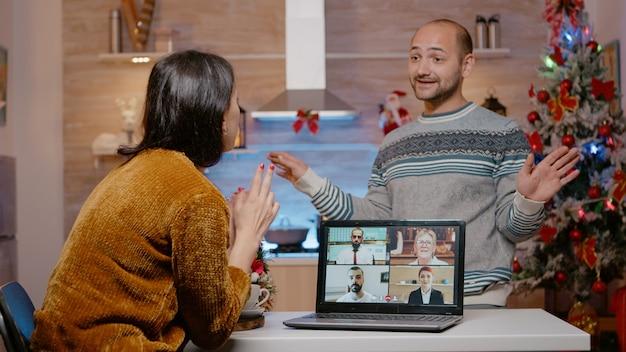 Frustrierter mann, der ein geschäfts-videoanruf-meeting unterbricht