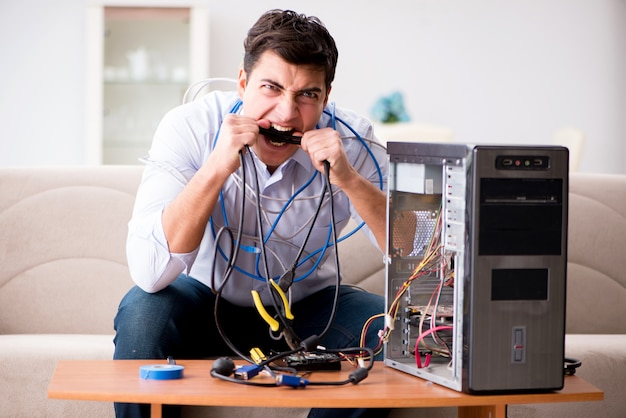 Frustrierter mann mit defektem pc