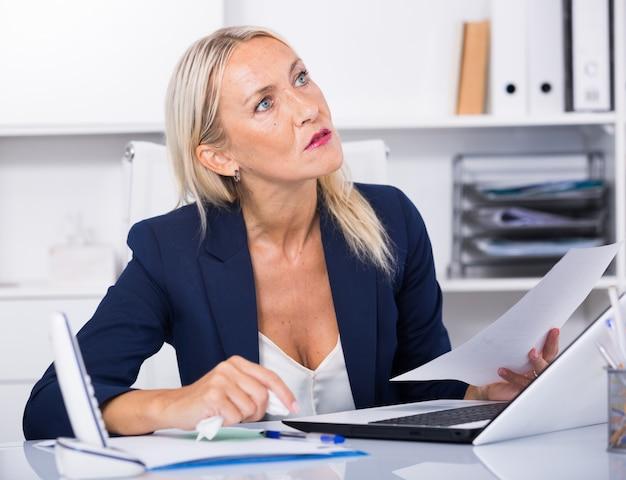 Frustrierter reifer unternehmer im büro