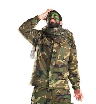 Frustrierter soldat über weißem hintergrund