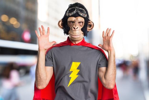 Frustrierter superheld-affenmann auf unfocused hintergrund