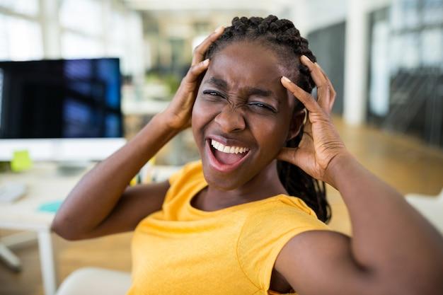 Frustrierter weiblicher grafikdesigner im büro