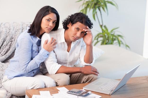 Frustriertes paar hat ihre ausgaben unterschätzt