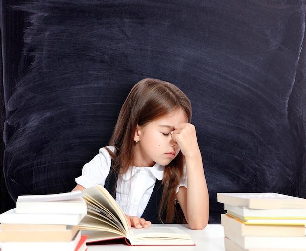 Frustriertes und unglückliches teenagermädchen in der schule.