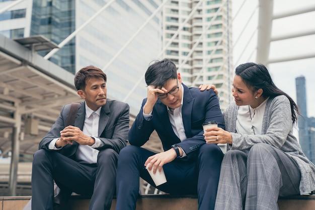 Frustriertes verärgertes asiatisches geschäftsteam mit schlechtem arbeitsergebnis und enttäuscht vom geschäftsprojekt, einstellung im freien