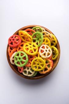 Fryums papad in radform ist eine knusprige snack pellets, die in einer schüssel serviert wird