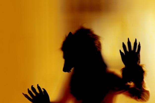 Fuchs monster in der halloween-nacht