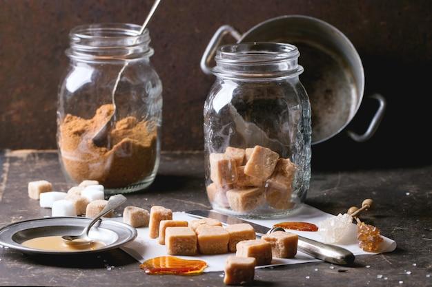 Fudgesüßigkeit auf tischdecken- und karamellsause