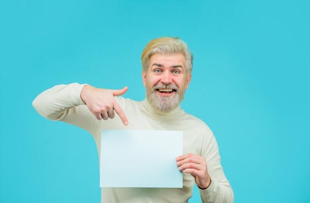 Fügen sie ihren textverkaufsrabatt-werbebannermann mit leerem brett ein mann zeigt leeres brett bärtig