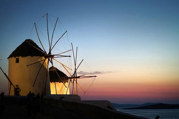 Führen sie nachtansicht von windmühlen in chora, mykonos, die kykladen einzeln auf
