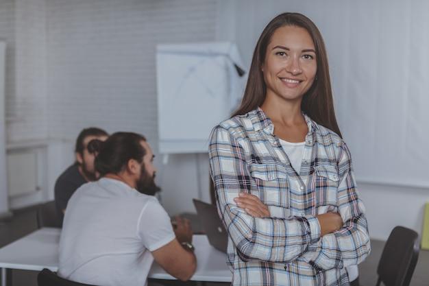 Führende sitzung der schönen jungen geschäftsfrau im büro
