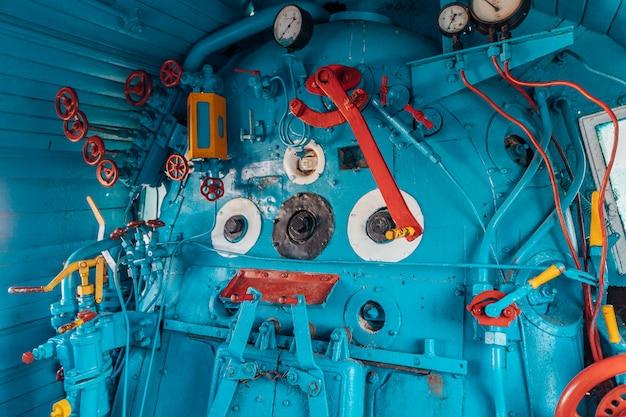 Führerhaus in der alten lokomotive in blauen und roten farben mit manueller steuerung