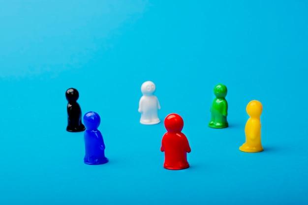 Führungskonzept. auf einem blauen hintergrund, figuren von männern, dient eine rote figur als anführer. geschäft und arbeit in einem sozialen team, erfolg, selbstverwirklichung. etablieren sie sich als branchenführer