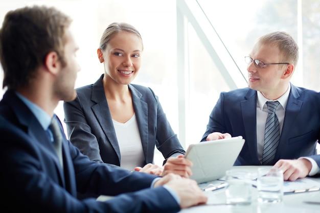 Führungskräfte auf arbeitsplatz lächelnd