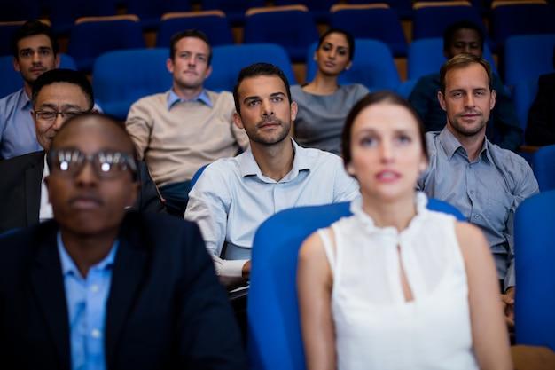 Führungskräfte, die an einem geschäftstreffen teilnehmen