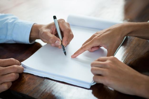 Führungskräfte, die dokumente während des meetings besprechen