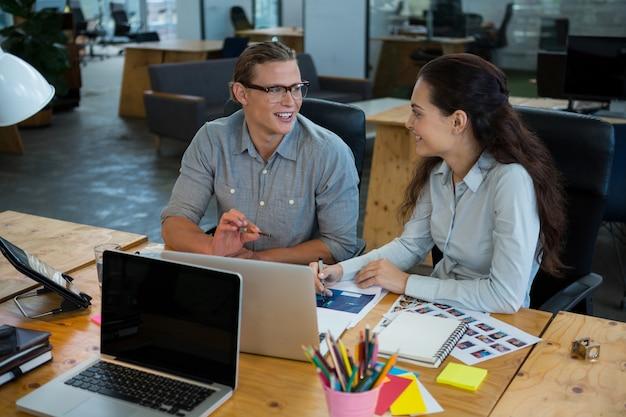 Führungskräfte, die miteinander interagieren