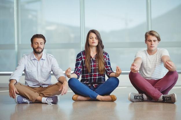 Führungskräfte, die yoga praktizieren