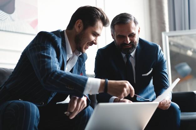 Führungskräfte diskutieren über arbeit, entwickeln strategien für das online-geschäft, erklären den austausch von ideen, bereiten präsentationen vor und führen eine brainstorming-sitzung im büro durch.