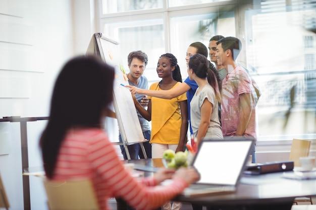 Führungskräfte in unternehmen auf whiteboard diskutieren