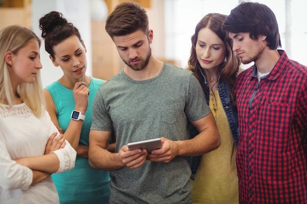 Führungskräfte in unternehmen, die diskussion über digitale tablet