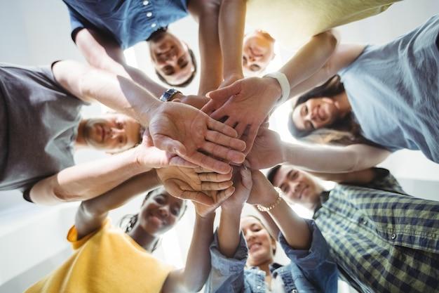 Führungskräfte in unternehmen mit der hand gestapelt