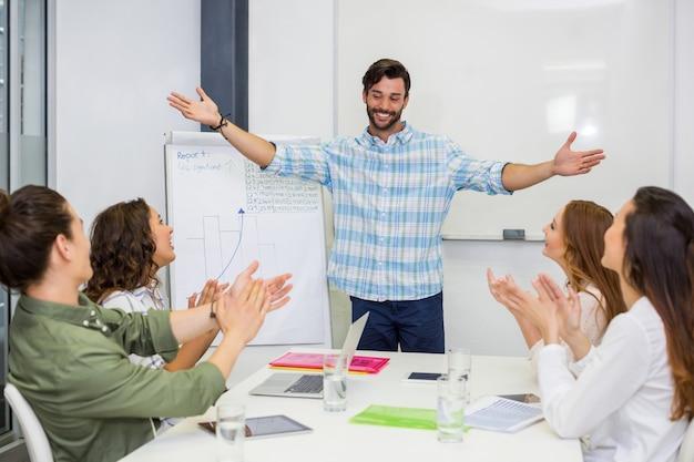 Führungskräfte schätzen ihren kollegen während der präsentation im konferenzraum