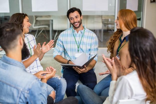 Führungskräfte schätzen ihren kollegen während der präsentation