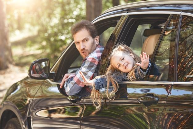 Füllen sie ihr leben mit abenteuern, nicht mit dingen, die vater und tochter aus dem autofenster schauen