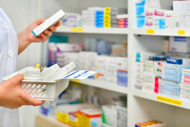 Füllende verordnung des apothekers im apothekendrugstore