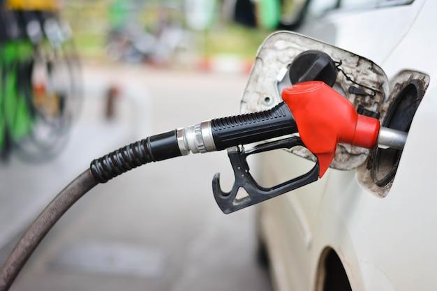 Füllendes auto mit benzin an der tankstelle