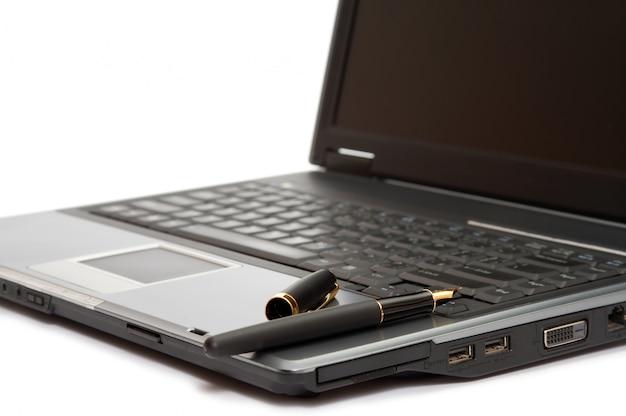Füllfederhalter auf dem laptop