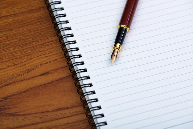 Füllfederhalter oder kugelschreiber mit notizpapier