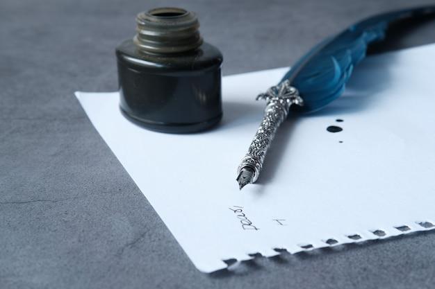 Füllfederhalter und tinte auf leerem papier