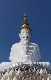Fünf buddha-statue (wat phra das pha sorn kaew) phetchabun, thailand