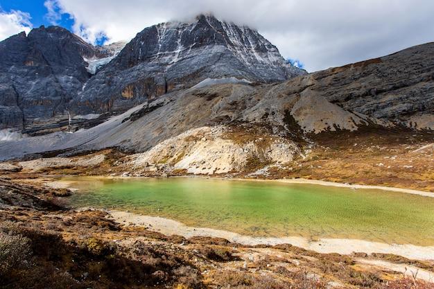 Fünf-farben-see bei doacheng yading national park, sichuan, china. letzter shangri-la