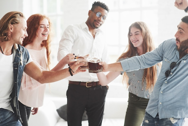 Fünf gemischtrassige büroangestellte feiern ihren erfolg im geschäft