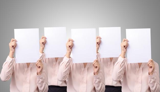 Fünf geschäftsfrau bedecken ihr gesicht mit leerem leerem weißbuch