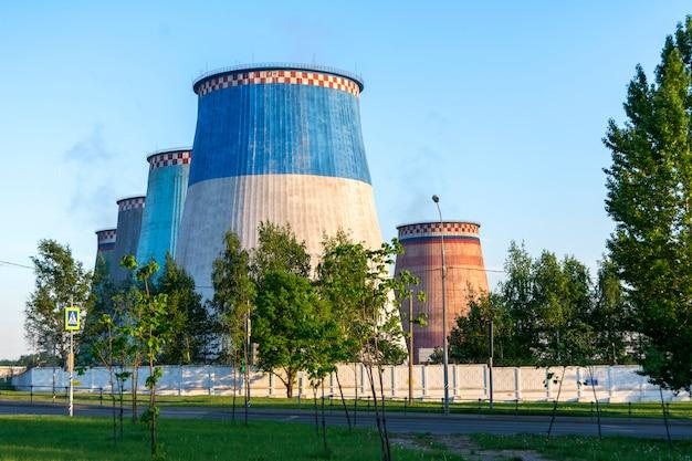 Fünf große werksrohre im kraftwerk zur stromerzeugung. umweltverschmutzung.