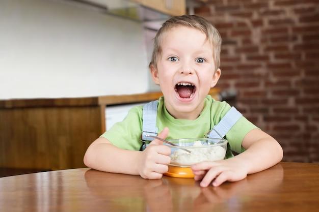 Fünf jahre junge öffneten seine mundbreiküche