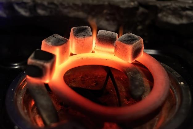Fünf kohlen zum erhitzen der wasserpfeife auf dem herd