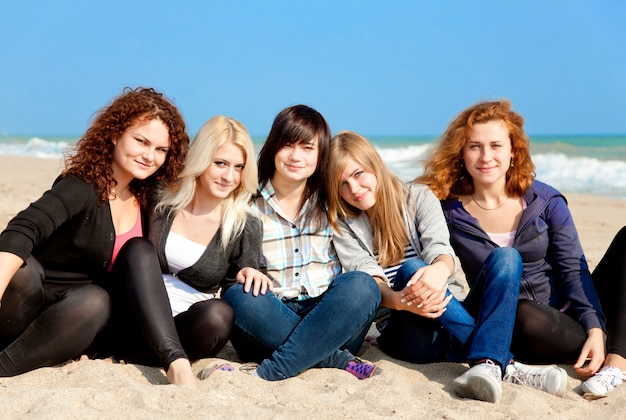 Fünf mädchen am nahen strand im freien