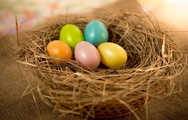 Fünf ostereier liegen auf dem tisch im nest