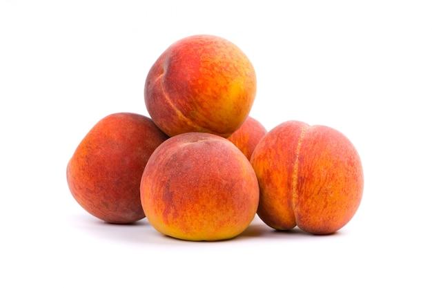 Fünf pfirsiche auf weißem hintergrund