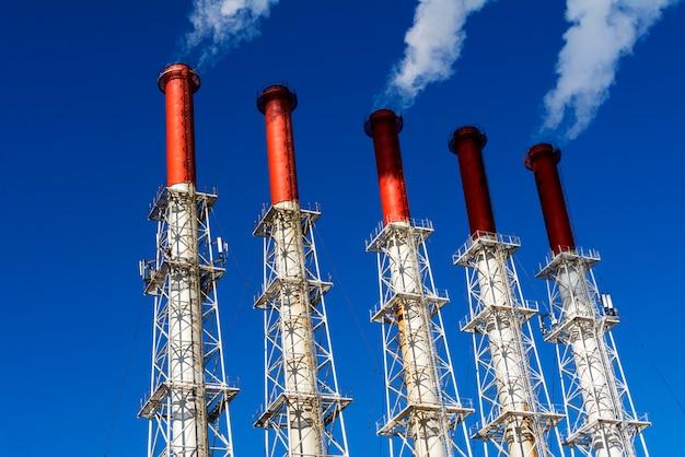 Fünf rauchende fabrikrohre