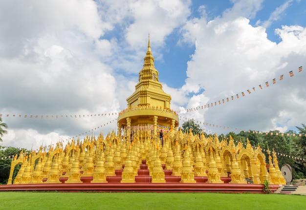 Fünfhundert goldene pagoden in saraburi, thailand