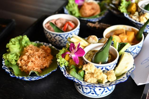 Für ausländische touristen werden frisches gemüse, chili und curry serviert. beliebtes thailändisches essen mit leckerem geschmack
